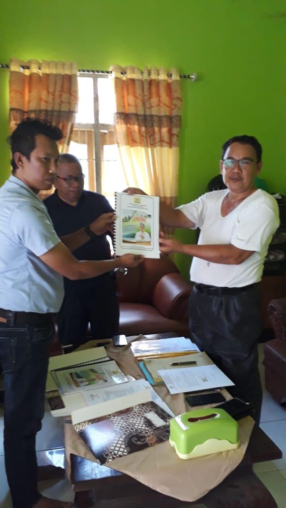 Ketgam ; Tim Surunuddin saat mengembalikan Formulir Bacubup di Rumah Sekretaris DPD II Golkar Konsel