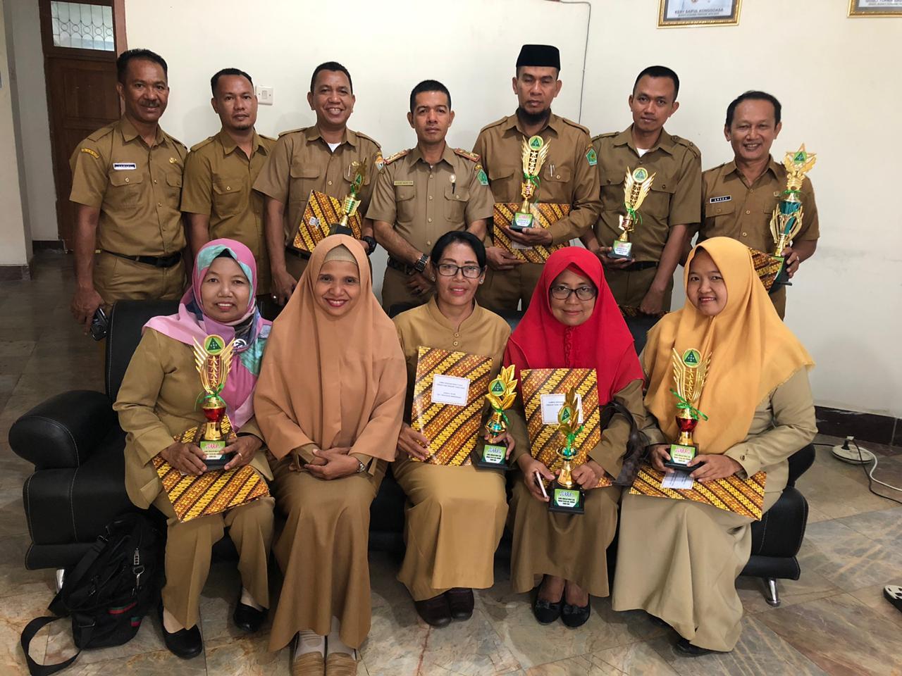 Ketgam : foto bersama Kabag kesra dan para kepala sekolah penerima penghargaan