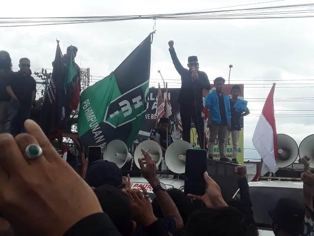 : Anggota DPRD Sulawesi Tenggara asal Partai Keadilan Sejahtera (PKS), Sudirman memimpin aksi penolakan kedatangan 500 Tenaga Kerja Asing (TKA) asal China