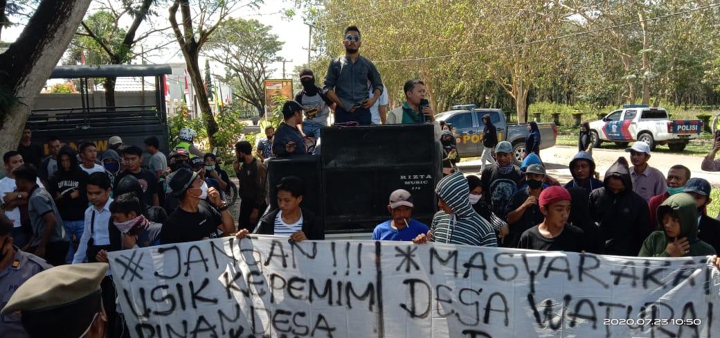 Ketgam : Ratusan Masyarakat Desa Waturai saat memberikan dukungan terhadap Kades Waturai yang tersandung kasus perjudian