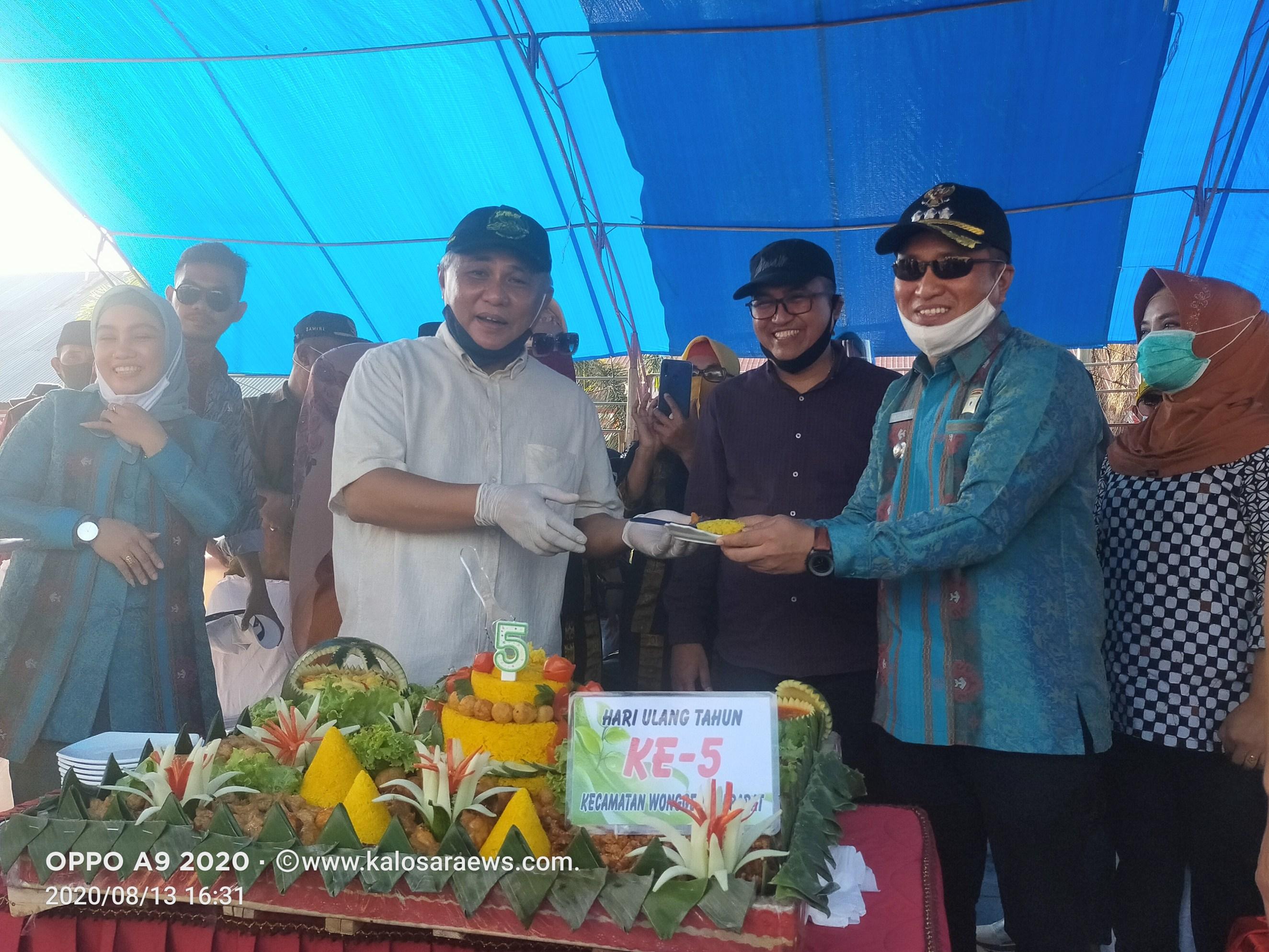 Ketgam : Bupati Konawe Kery Saiful Konggoasa (kiri), menyerahkan potongan nasi tumpeng kepada Camat Wonggeduku Barat Abdul Hasim (tengah). Tampak Ketua DPRD Konawe H Ardin (dua dari kiri) dan Sekab Konawe Ferdinand Sapan (kanan).