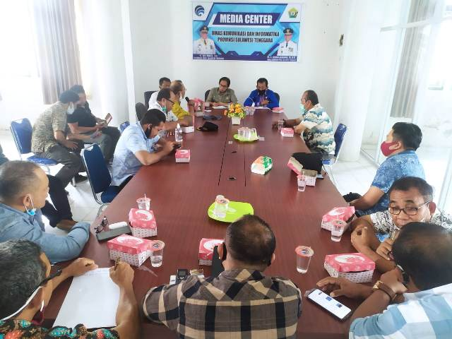 Pelaksana Harian (Plh) Kepala Dinas Kominfo Sultra Andi Syahrir bersama Sekretaris Dinas Yusrianto dan sejumlah pejabat di lingkup Dinas Kominfo Sultra lainnya menerima Konsultasi DPRD Muna