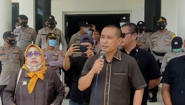 Wakil Ketua II DPRD Konawe Rusdianto bersama Ketua BK DPRD Konawe Murni Tombili saat menerima massa aksi