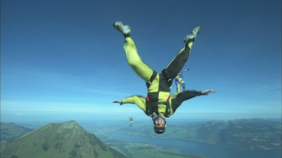 Alucina! Video de paracaidista saltando desde 8.000 metros sin paracaidas y no muere.