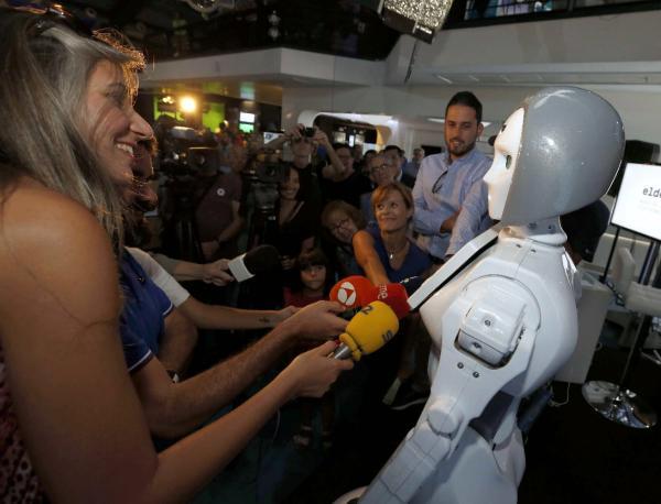 El Robot ADA, el primer humanoide español con aspecto femenino, ojos azules y 1'60 metros de altura, atiende a los medios durante su presentación en el Museo Elder de la Ciencia y la Tecnología de Las Palmas de Gran Canaria. EFE/Elvira Urquijo A.