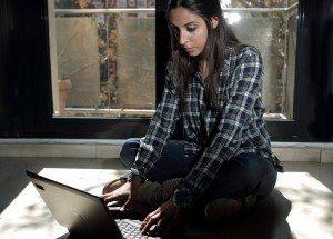 Imagen de una joven con un portátil