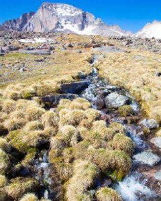 """MIA33. DENVER (CO, EE.UU.), 29/04/2018.- Fotografía de las Montañas Rocosas y un riachuelo, en Colorado (EE.UU.). Una aplicación para teléfonos móviles inspirada en Pokémon Go se ha convertido en una herramienta de gran utilidad para voluntarios que tratan de """"actualizar mapas"""" sobre los movimientos del agua a partir del curso de riachuelos. EFE/Kira Puntenney-Desmond/SOLO USO EDITORIAL/NO VENTAS"""