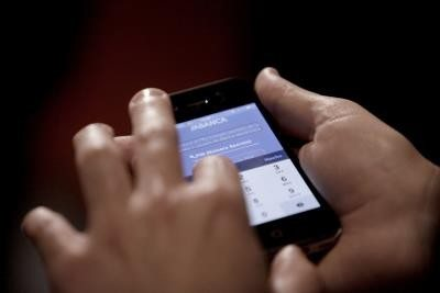 Una persona usa un teléfono móvil. EFE/Cabalar