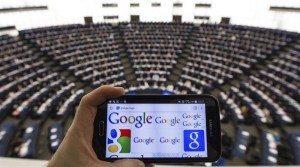 Un teléfono móvil muestra el logotipo de Google durante una sesión parlamentaria en el Parlamento Europeo en Estrasburgo (Francia). EFE/Patrick Seeger
