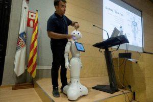 El robot Pepper habla 21 idiomas y puede decir si un paciente está triste