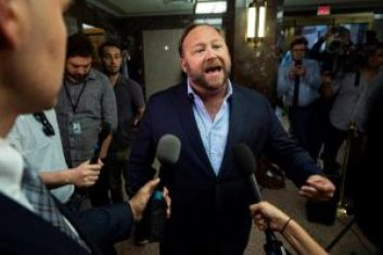 El periodista Alex Jones, en el Dirksen Senate Office Building de Washington, Estados Unidos, hoy, 5 de septiembre de 2018. EFE/ Jim Lo Scalzo