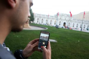 Fotografía de archivo de un joven con su teléfono móvil. EFE/ELVIS GONZALEZ