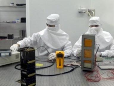 Imagen de archivo de dos técnicos en un laboratorio del INTA. EFE/Chema Moya.