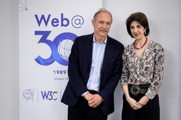 El padre de la Web, el británico Tim Berners-Lee, da un discurso durante un evento para celebrar el 30 aniversario de la World Wide Web, la red mundial que cambió la historia moderna, en el Centro Europeo de Física de Partículas (CERN) este martes en Meyrin, cerca de Ginebra (Suiza). EFE/ Fabrice Coffrini / Pool