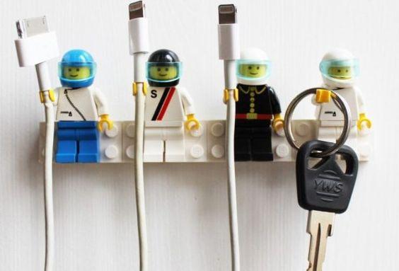 Lego poppetjes houden snoeren vast