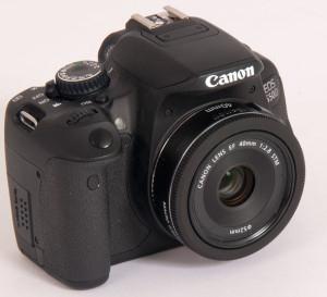 Samtidig med 650D lanserte Canon et særdeles kompakt «pannekake-objektiv» med brennvidde på 40 mm, som tilsvarer 64 mm på dette kameraet.