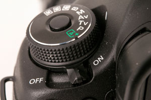 BETJENING: Av/på-knappen ligger på venstre side av søkerprismet sett fra fotografens side. Modusvelgerhjulet er heldigvis låsbart. (Foto: Toralv Østvang)