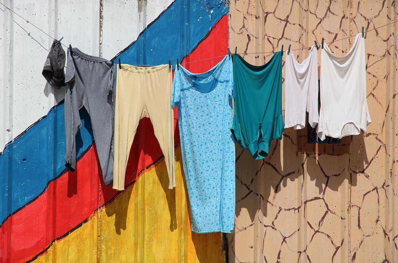 طرق مضمونة في إزالة بقع الزيت من الملابس كماشة
