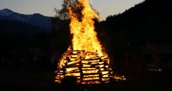 Brennende Bretter die zu einem Osterfreuer aufgehäuft wurden