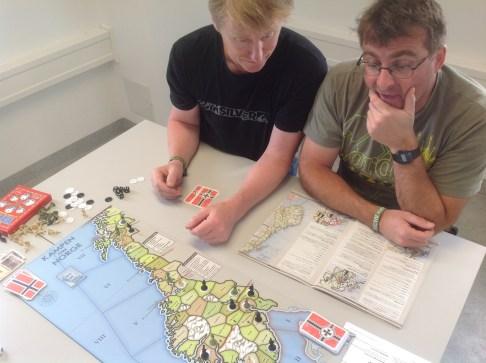 """Norge og de allierte biter sterkt fra seg i starten på bord 3, og Tyskland sliter med å få invasjonen skikkelig igang. """"Vi står fast ved Sinsenkrysset"""", utbryter Fernando."""