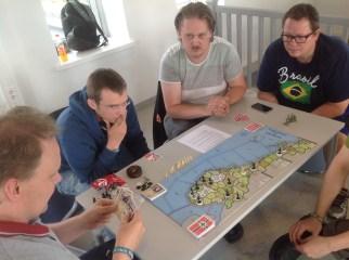 Norge og de allierte har forsvart seg med nebb og klør, men Tyskland har stadig krøpet nærmere alle poengbyene. Forsvarerne holder stand med et nødskrik på bord 1.