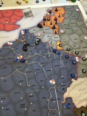 Tyskland har her brutt igjennom i vest. På bord 2 har tyskerne derimot aldri kommet lenger enn Belgia, og de allierte vinner komfortabelt.