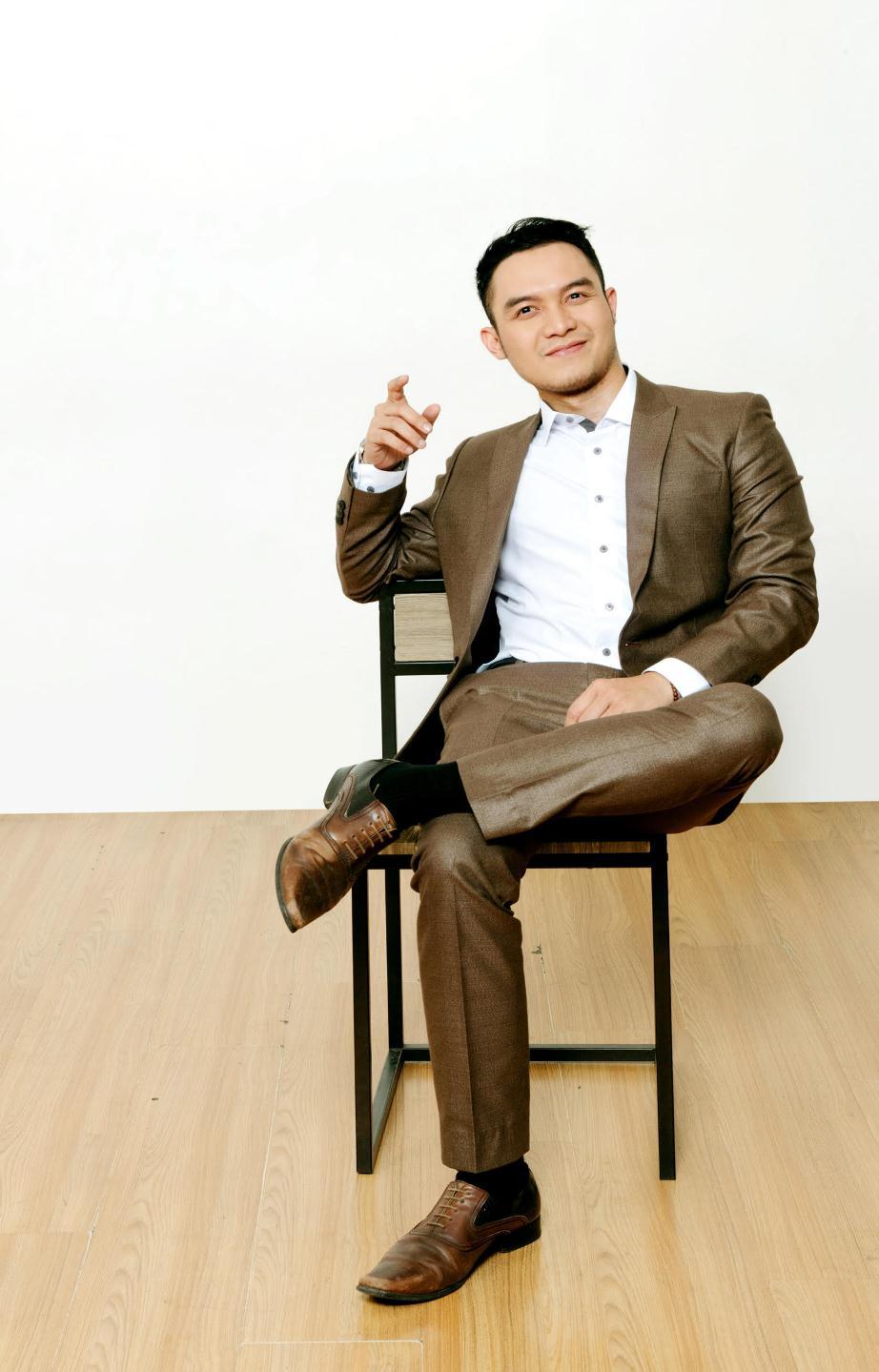 "Agung Dwi Hardiansyah: Sarjana Farmasi Yang ""Bersinar"" Di Bidang Penyiaran"