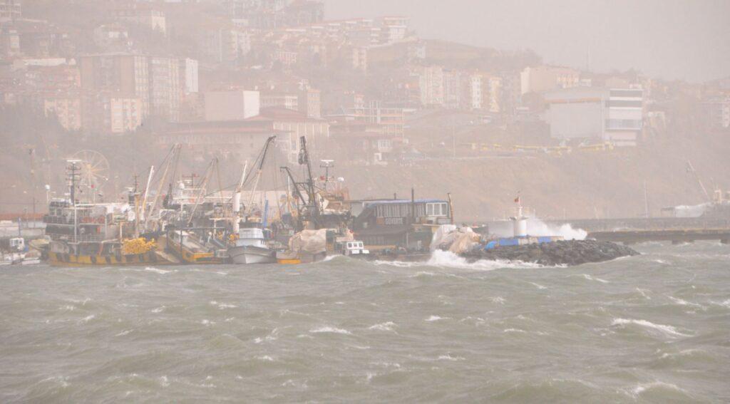 5 metreyi bulan dalgalar, feribot seferlerini iptal ettirdi.