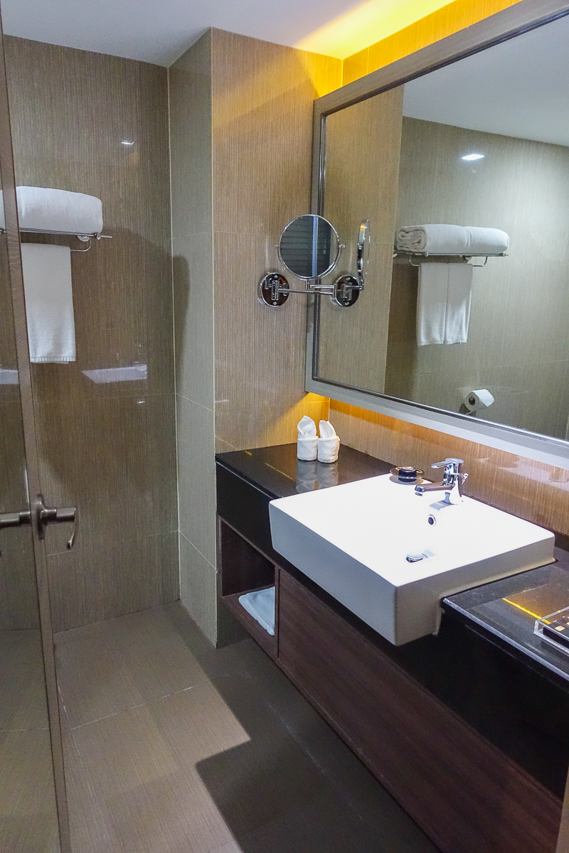 Grand-Swiss-Hotel-Bangkok-Thailand-Room-Bathroom-01