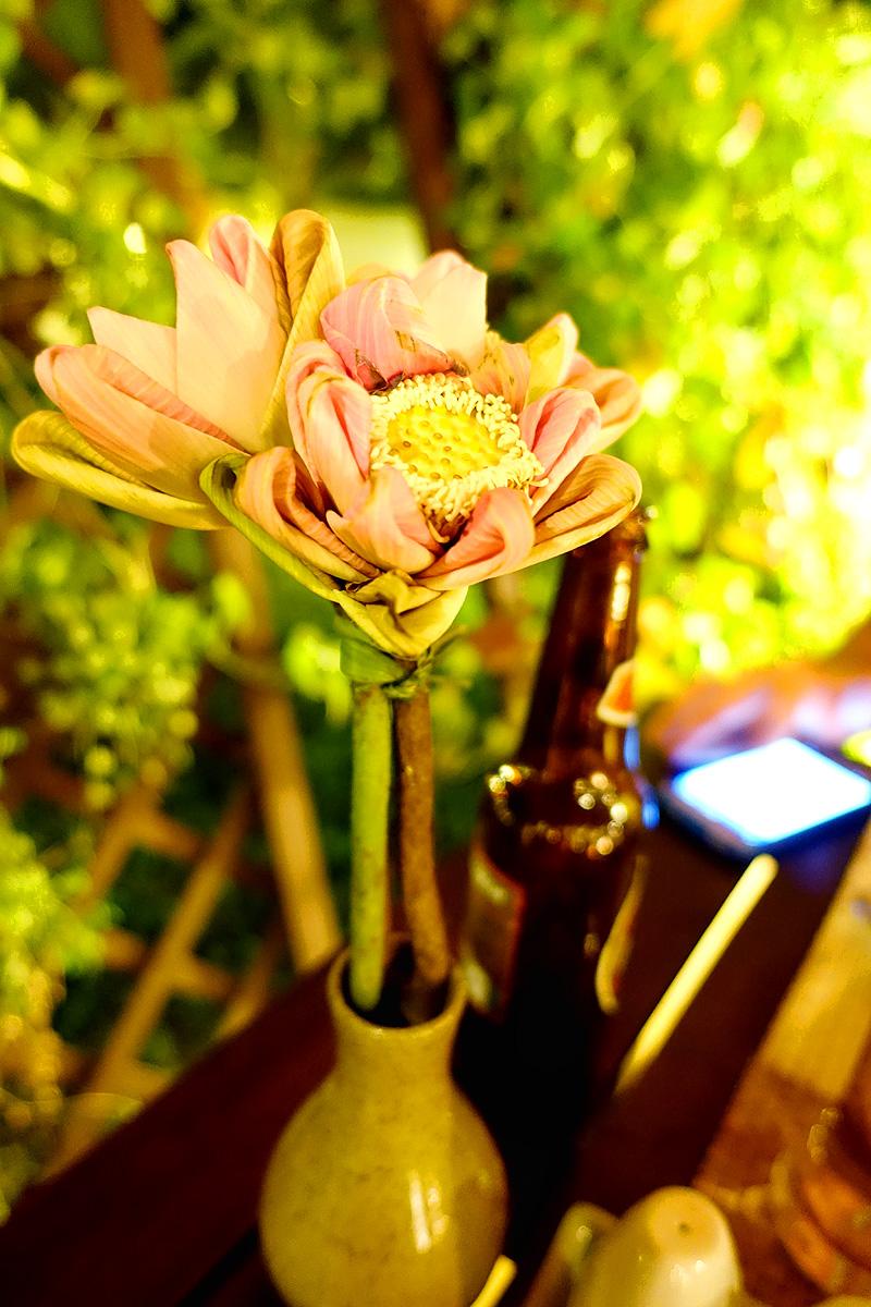 Pavillon-d'Orient-Restaurant-Lotus-Flower-Centerpiece