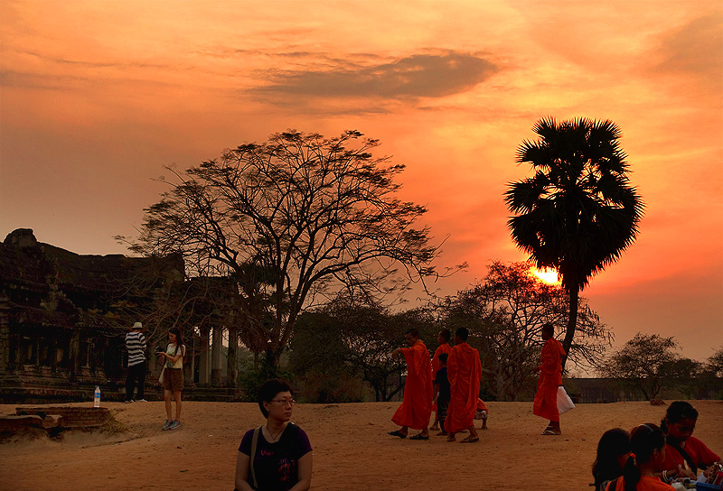 angkor-wat-monks-sunset-02
