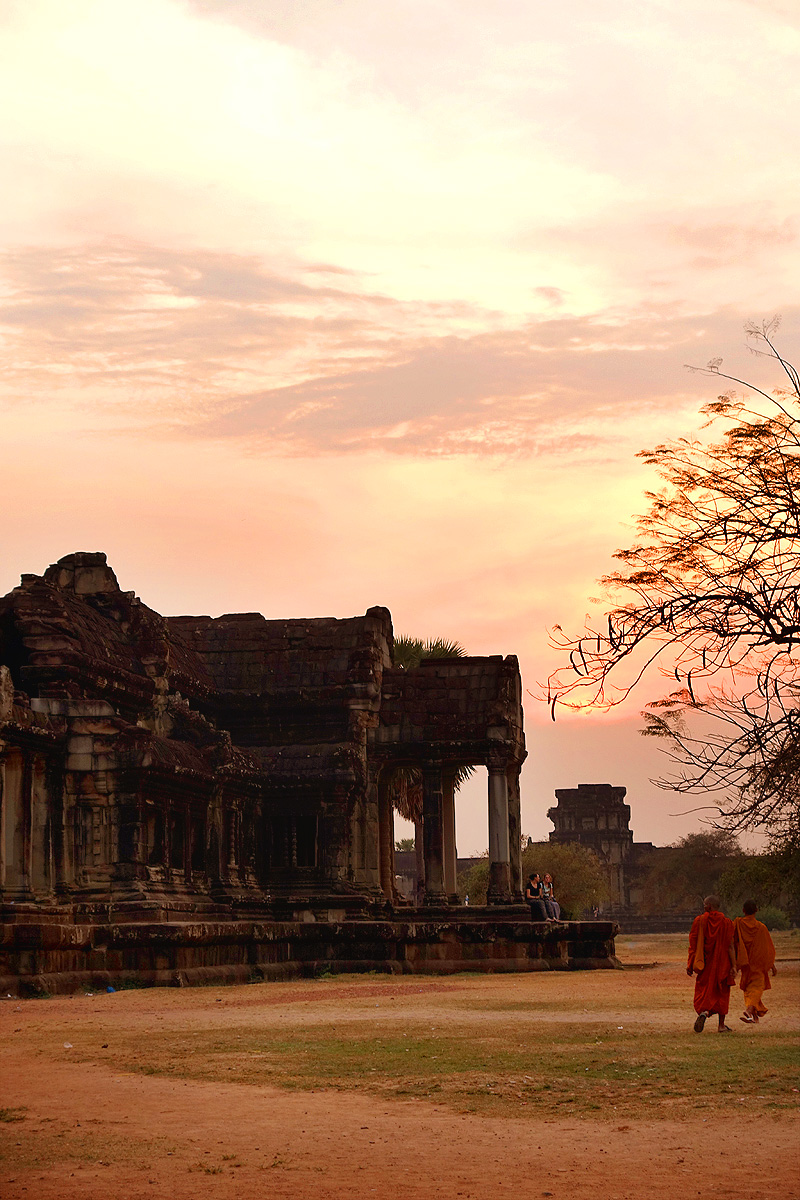 angkor-wat-monks-sunset