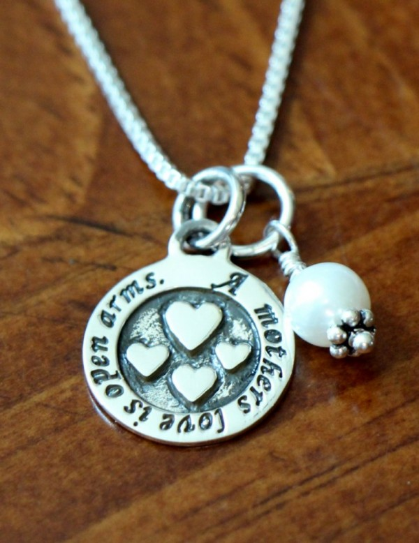 Mothers Love Open Arms Necklace Kandsimpressions