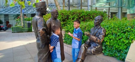First Generation Statue, Raffles Place