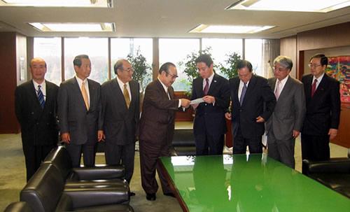 前原国交相(右から4人目)に要望書を手渡す大島会長(同5人目)
