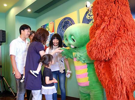 KNT宣伝本部の部長を務める「ガチャピン&ムック」。 大阪のホテルの朝食会場で宿泊客と「名刺交換」を行った。特製名刺を手に家族連れもニコニコ