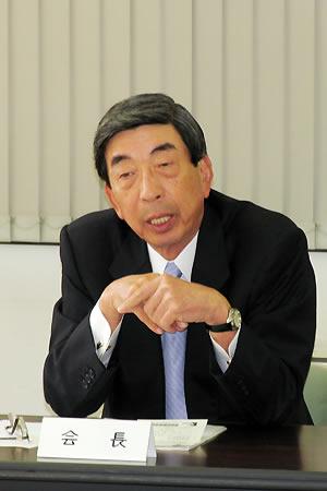 会見する金井会長