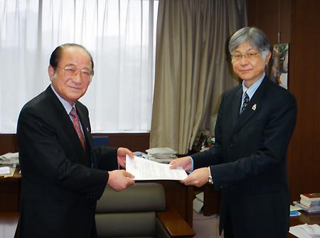 本保長官(右)に要望書を手渡す佐久間会長