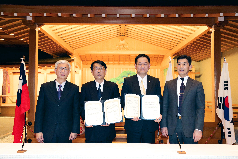 友好提携に署名した瀧会長(右から2人目)と羅理事長(同3人目)