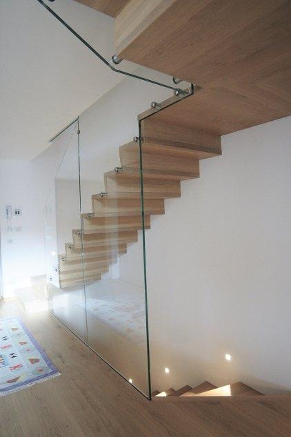 Glass Stufen mit Setzstufen konisch verarbeitet in Massivholz Eiche
