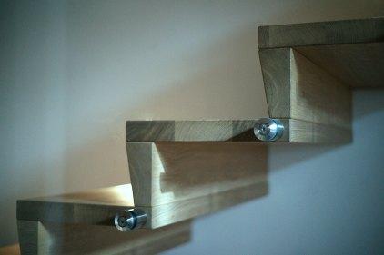 Scala con frontalini conici in legno massiccio rovere tinta