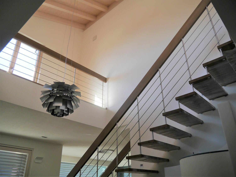 Treppe mit Stufen und tragendem Handlauf