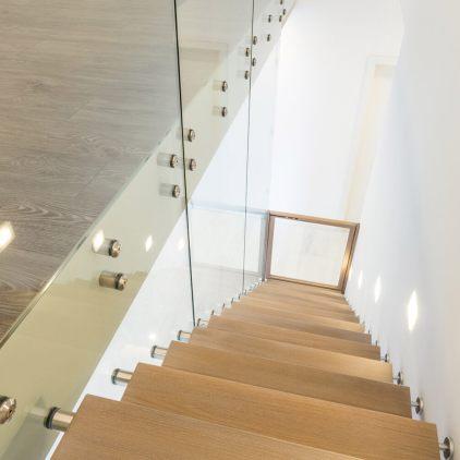 Gerade Glastreppe in Massivholz Eiche