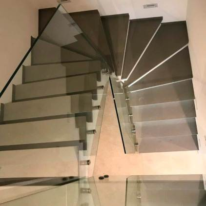 Treppengelaender mit Glaselementen