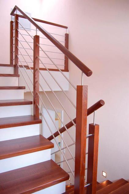 Treppengelaender mit Pfosten und Handlauf in Holz Untergurt in Edelstahl
