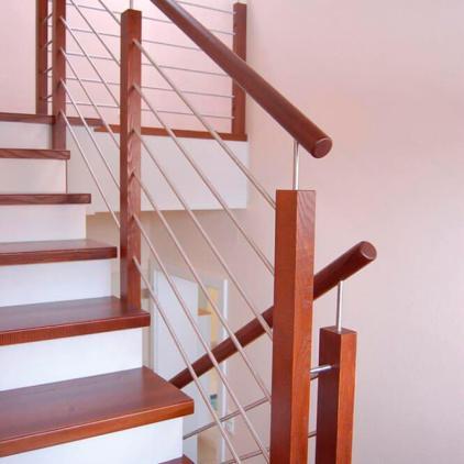 Ringhiera scala con piantoni e corrimano in legno, tondini in acciaio inox