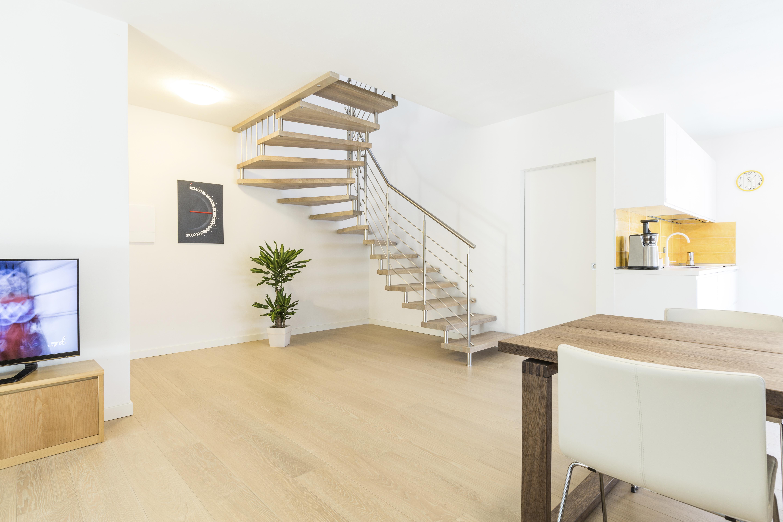 Freitragende Treppe mit Massivholzstufen in Eiche
