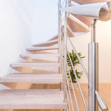 Scala autoportante con gradini in legno massiccio