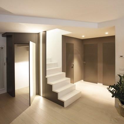 Scala in legno con gradini e frontalini