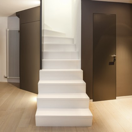 Treppe in Holz mit Stufen und Setzstufen